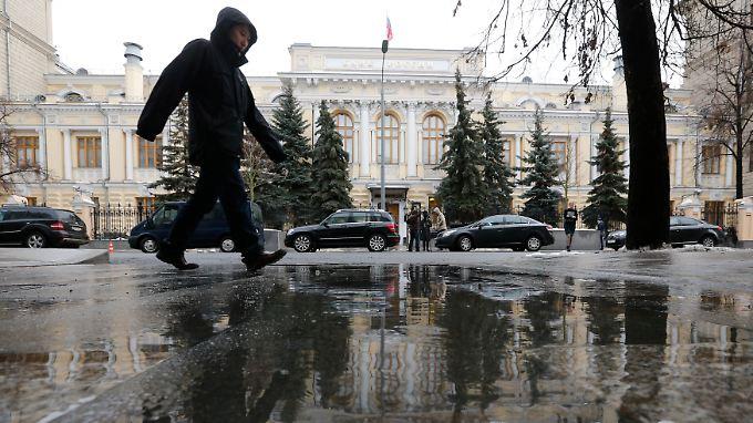 Mieses Wetter: Ein Mann geht an der Zentrale der Znetralbank in Moskau vorbei.