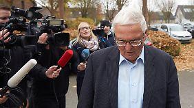 Theo Zwanziger geht nach einem Pressegespräch im November vergangenen Jahres an wartenden Journalisten vorbei.