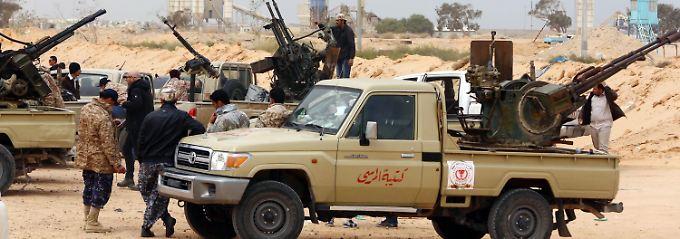 Kämpfer des international anerkannten Parlaments von Libyen bereiten sich bei Sirte auf Kämpfe gegen den Islamischen Staat vor.