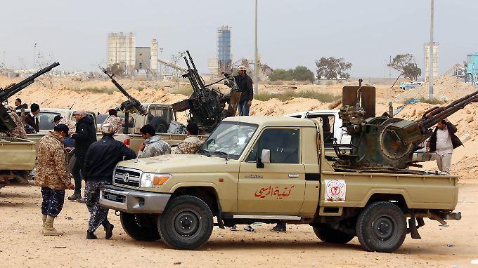 Kämpfer der international anerkannten Regierung bereiten sich bei Sirte auf Gefechte gegen den Islamischen Staat vor.