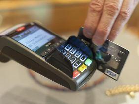 Mit einer Firmenkreditkarte dürfen Mitarbeiter keine privaten Rechnungen begleichen.