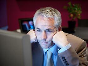 Völlig überarbeitet und trotzdem bis spätabends am Schreibtisch: Arbeitssüchtigen fällt es schwer, nach Hause zu gehen. Können sie nicht produktiv sein, werden sie unruhig.