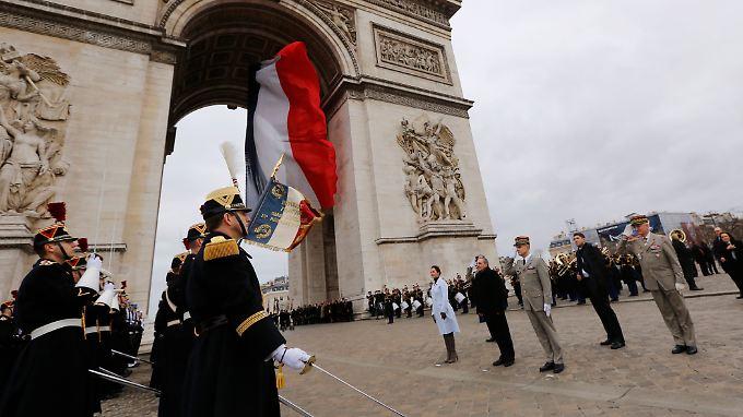 Aus der Karibik in den grauen europäischen Winter: Ségolène Royal und Raúl Castro (2.v.l). vor dem Triumphbogen in Paris.