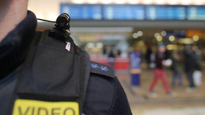 Ein Bundespolizist präsentiert in Köln seine Schulter-Kamera