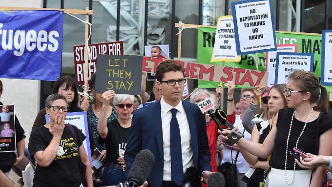 Menschenrechts-Anwalt Daniel Webb  äußert sich vor Demonstranten enttäuscht über das Urteil.