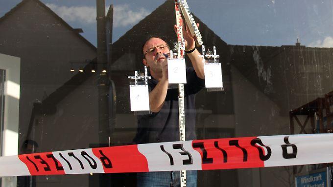 In die Schaufensterscheibe des AfD-Büros schlugen zwei Projektile ein.