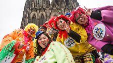 Tausende Touristen strömen indes in die närrischen Hochburgen, ...