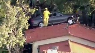 Kaum zu glauben, aber wahr: Auto landet auf Hausdach