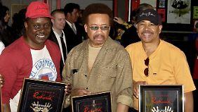 Philip Bailey, Maurice White und Ralph Johnson (v.l.) von Earth Wind & Fire bei ihrer Ehrung auf dem Hollywood Rock Walk in Los Angeles 2003.