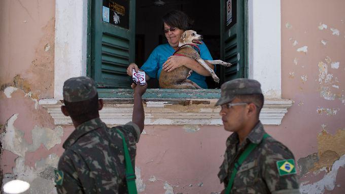 220.000 Soldaten sollen in Brasilien Informationsmaterial zum Zika-Virus verteilen.