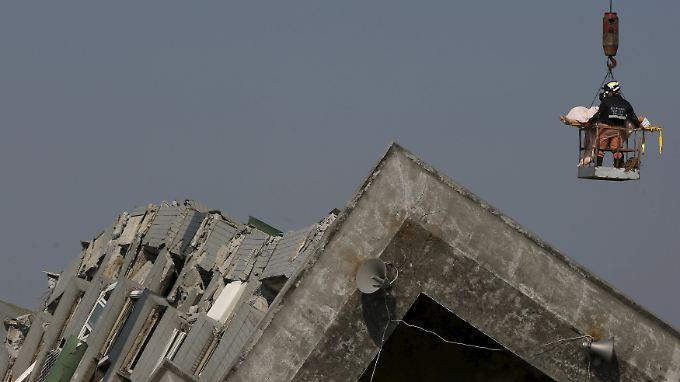 Allein in einem umgestürzten Wohnkomplex in Tainan vermuten die Retter noch mehr als 100 Menschen.