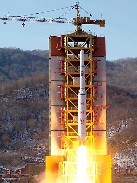 Dies soll die getestete Langstreckenrakete sein. Das Foto verschickte die koreanische Nachrichtenagentur KCNA.