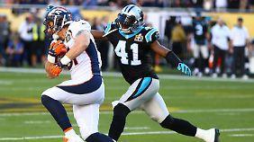 Owen Daniels (81) von den Broncos rennt an Roman Harper (41) von den Panthers vorbei.