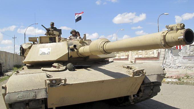 """Gefährlicher Auftrag: Einheiten der regulären irakischen Streitkräfte in einem """"Abrams""""-Kampfpanzer aus den USA (Archivbild)."""