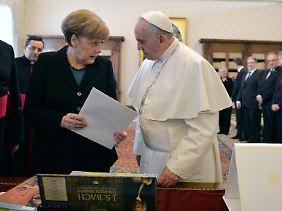 Bundeskanzlerin Angela Merkel und der Papst, hier bei einer Audienz im Februar 2015.