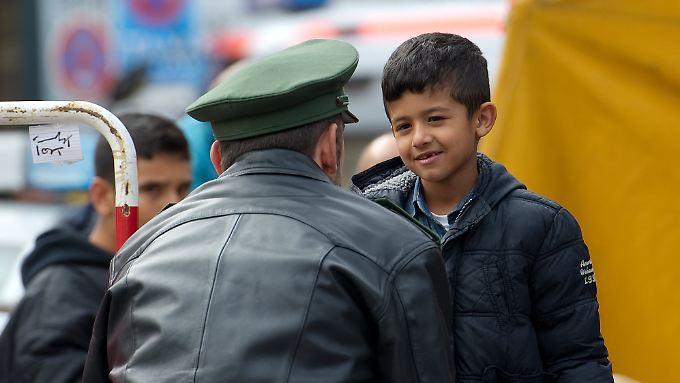 Ein Junge unterhält sich auf dem Hauptbahnhof in München mit einem Polizisten (Archivbild).