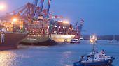 """Früh am Morgen erreicht die """"CSCL Indian Ocean"""" dann den Hamburger Hafen. Zum Zeitpunkt der Bergung ..."""