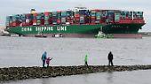 ... in den nächsten Tagen nicht noch einmal zu erwarten. Bei einem missglückten Versuch hätte der Containerriese tageland im Schlick bei Stade liegen müssen.