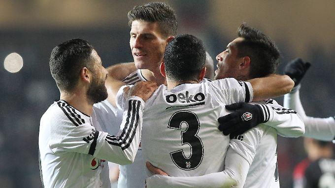 Zu mir, Ihr Lieben: Mario Gomez lässt sich feiern.