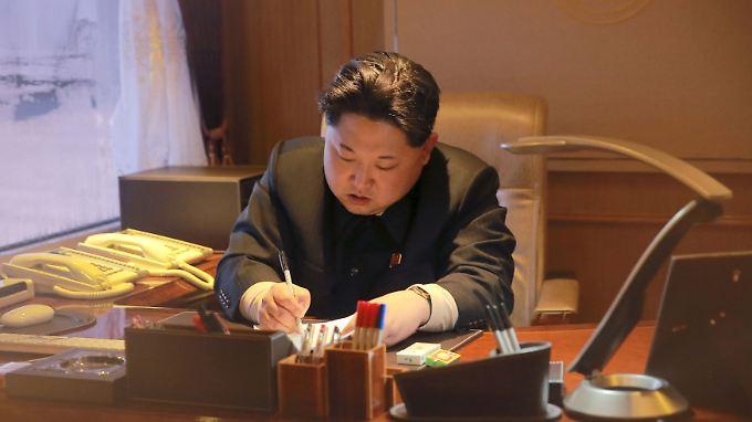 Nordkoreas Machthaber Kim Jong Un setzt auf militärische Macht.