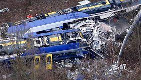 Einer der Züge wird nahezu aufgeschlitzt.