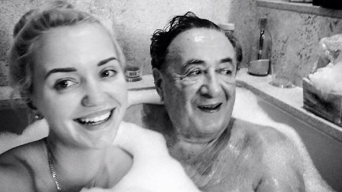 Wer würde da nicht gerne mitbaden? Cathy und Mörtel Lugner.