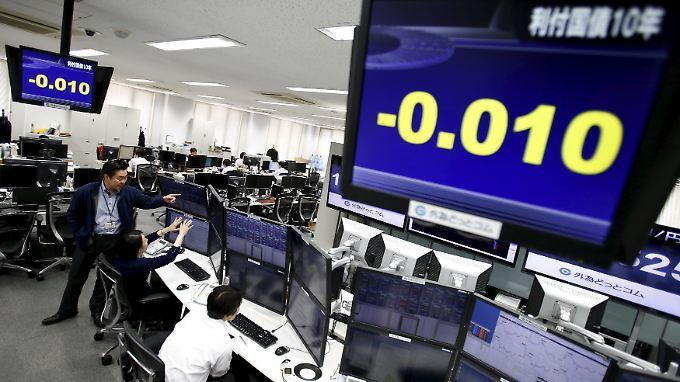 Rendite unter Null: In Japan tritt die Unsicherheit an den Märkten im Anleihenhandel offen zutage.