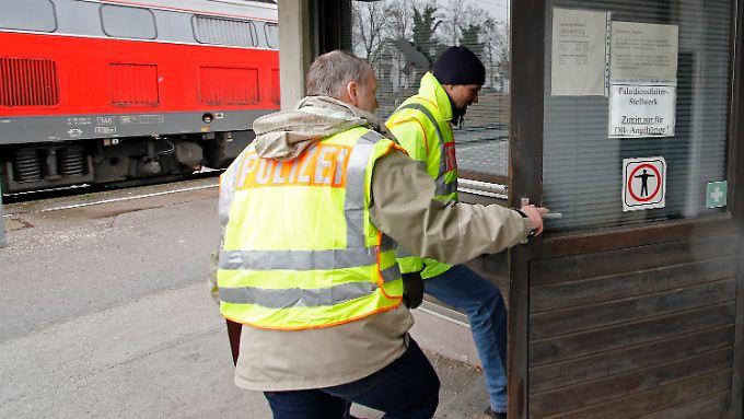 Polizisten durchsuchen am Bahnhof in Bad Aibling das Fahrdienstleiter-Stellwerk.