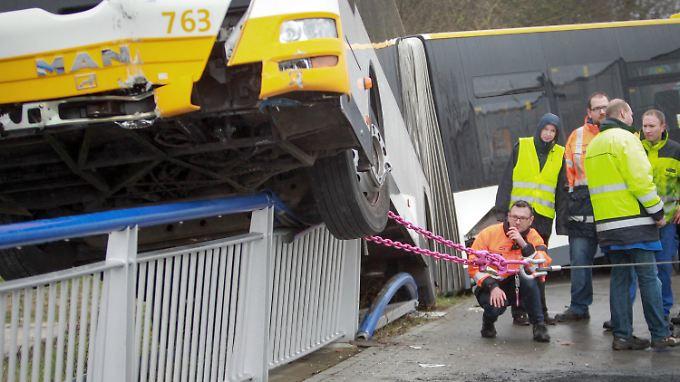 Alle Fahrgäste und der Busfahrer konnten das Fahrzeug sicher verlassen - jetzt geht es darum, den Bus zu stabilisieren und aus der heiklen Position zu befreien.