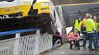 Der Gelenkbus der Mainzer Verkehrsbetriebe gerät außer Kontrolle, kommt von der Fahrbahn ab, mäht einen Laternenmast um und schießt der Länge nach über das Geländer einer Brücke, die über die Autobahn A60 führt.