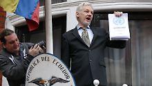 """Julian Assange bei einer Pressekonferenz auf """"seinem Balkon"""" an der ecuadorianischen Botschaft in London."""
