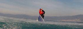 Rettung in allerletzter Sekunde: Flüchtling krallt sich am Bootsrand fest