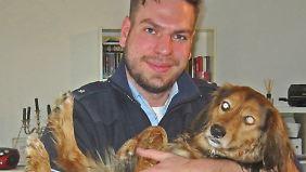 Die Hundin Cassi auf dem Arm ihres Retters.