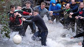 Ein Ball, zwei Tage, Tausende Spieler: Briten spielen das wohl verrückteste Fußball-Derby
