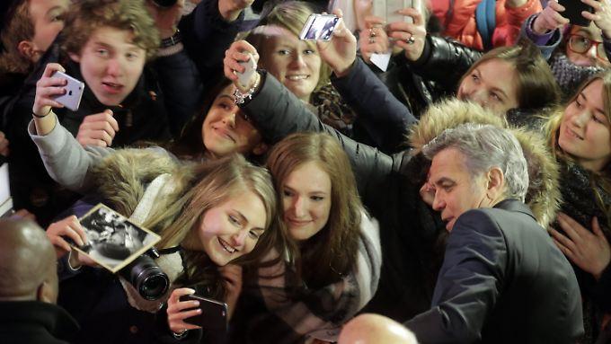 Ein Selfie? Kein Problem! Clooney beglückt seine Fans.
