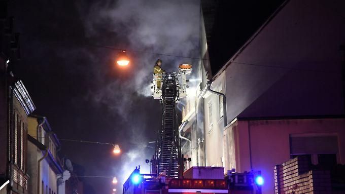 Die Feuerwehr löschte den Brand mit Hilfe eines Drehleiterwagens.