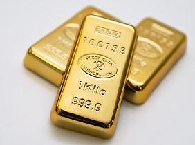 Die dicken Barren stapeln? Gold, hier abgebildet als Imitate, gilt als krisensicher. Da sein Preis stark schwanken kann, sollten Anleger den Anteil im Depot aber gering halten.