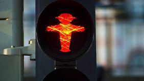 Auf Rotlichtverstöße von Fußgängern steht ein Bußgeld von fünf Euro.