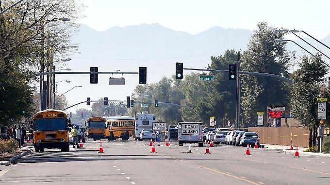 Mit Schulbussen wurden die Eltern der Schüler einer Highschool in Glendale zu ihren Kindern gebracht.