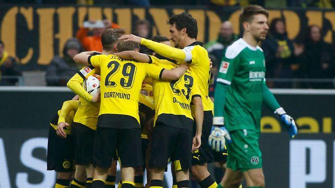 Dortmund jubelt, Ron-Robert Zieler nicht. Er steht ja auch im Tor von Hannover und hat gerade das 0:1 kassiert.