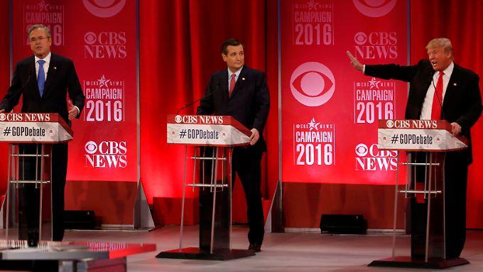 Trump (r) erklärt Ted Cruz (Mitte) und Jeb Bush (l) zu Lügnern.