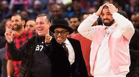 Reichlich Prominenz am Court: Filmregisseur Spike Lee mit Rapper Drake.