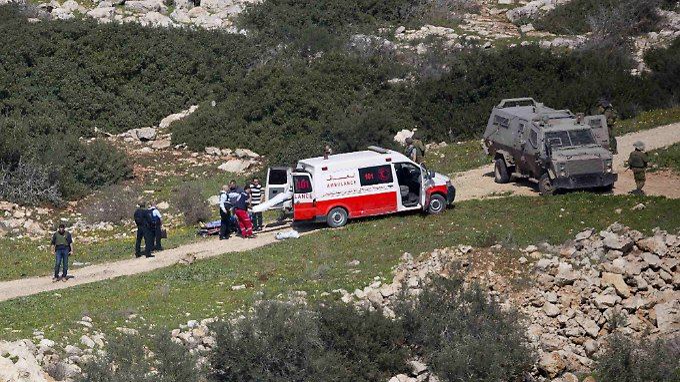 Zwei Palästinenser wurden erschossen, nachdem sie Steine auf Fahrzeuge geworfen haben.