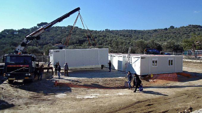 """Zelte und Container für Zehntausende Menschen (hier auf Lesbos): Die Registrierung der Neuankömmlinge in den sogenannten """"Hotspots"""" gilt als Voraussetzung für eine geordnete Flüchtlingspolitik."""