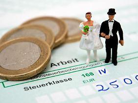 Bei den Steuerklassen können Ehepaare zwischen verschiedenen Möglichkeiten wählen - die Entscheidung hängt auch von der Höhe des Einkommens ab.