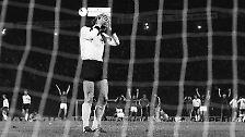 Der Legende nach wurde der Ball nie wieder gefunden, nach dem bittersten Elfer der deutschen Fußball-Geschichte machte Panenkas Coup die Tschechen zum Europameister.