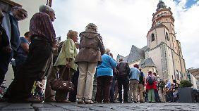 Besucher vor der Nikolaikirche.