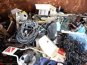 Ob kaputt oder einfach nur veraltet - jährlich werden in Deutschland Hunderttausende Tonnen Elektrogeräte ausrangiert.