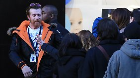 Jesse Hughes begrüßt vor dem Konzert seine Fans.