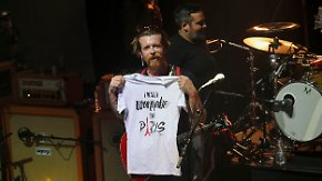 """Wiederholung des """"Bataclan""""-Konzerts: """"Eagles of Death Metal"""" spielen mit Tränen in Paris"""